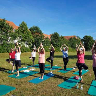 Yoga-Kurs draussen
