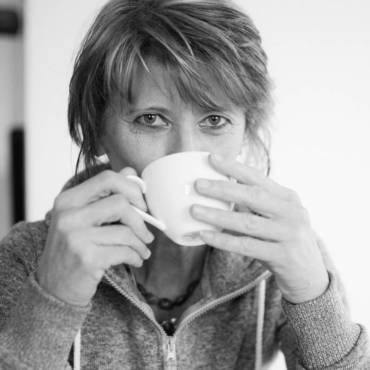 Elvira mit Kaffeetasse